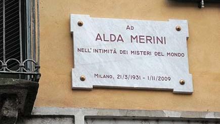La targa commemorativa per Alda Merini