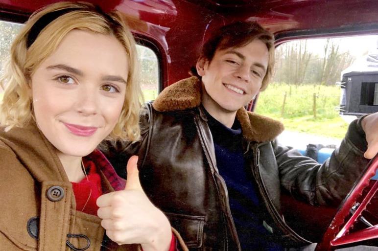 Sabrina e Harvey in un'immagine da Le Terrificanti Avventure di Sabrina