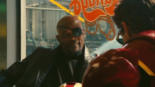 Nick Fury sorridente e Tony Stark di spalle, nella scena post-credit di Iron Man