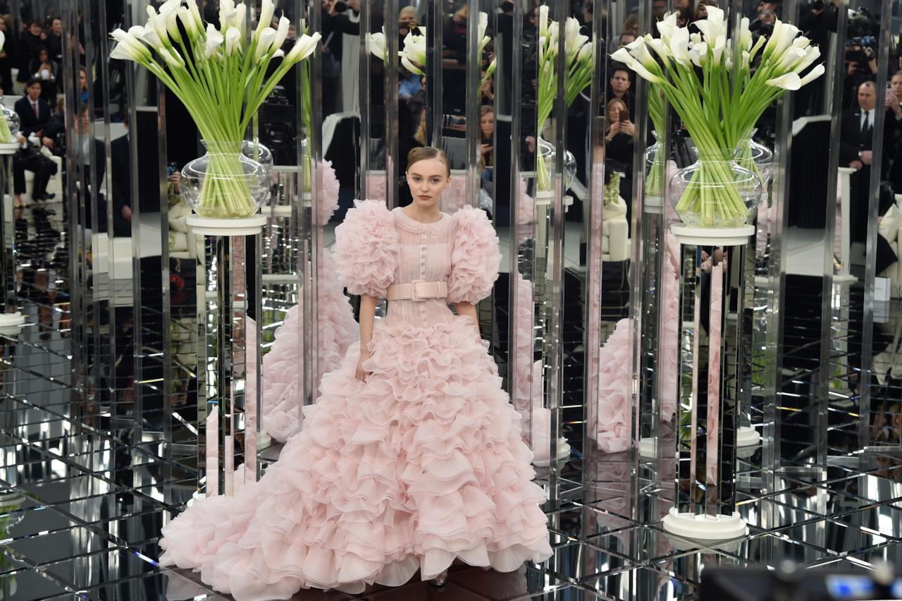 Lily-Rose Depp sfila con il modello di punta di Chanel Haute Couture
