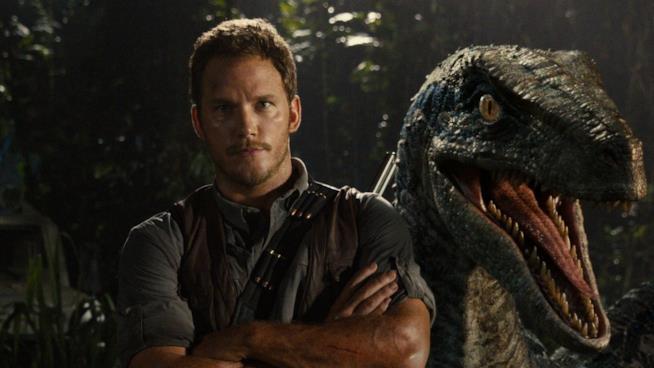 Chris Pratt di fianco ad un Raptor in uno scatto dal set