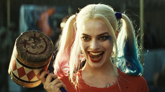 Margot Robbie nei panni di Harley Quinn, con il suo martello in mano