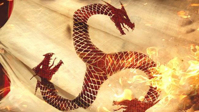 Un drago rosso avvolto dalle fiamme