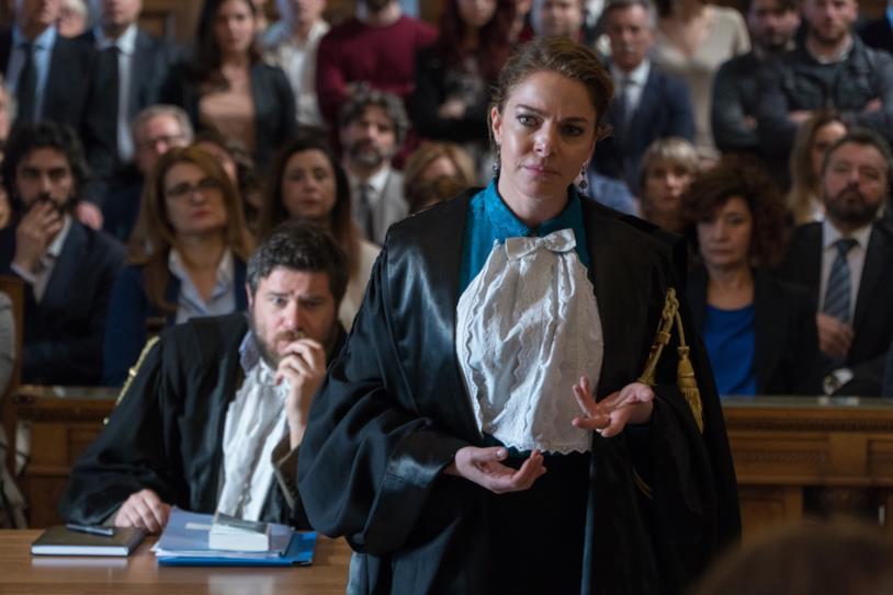 Non sono un assassino: Claudia Gerini con Edoardo Pesce in una scena del film