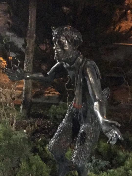 Una delle statue della C.S. Lewis Square è dedicata a un fauno