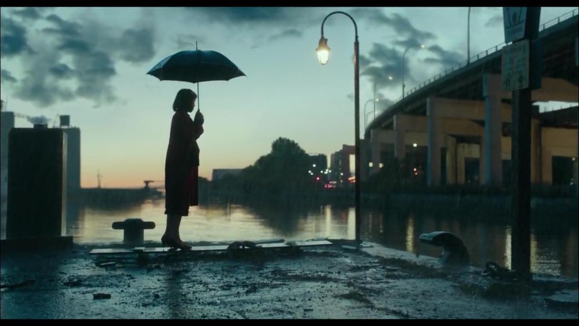 Elisa con l'ombrello sotto la pioggia