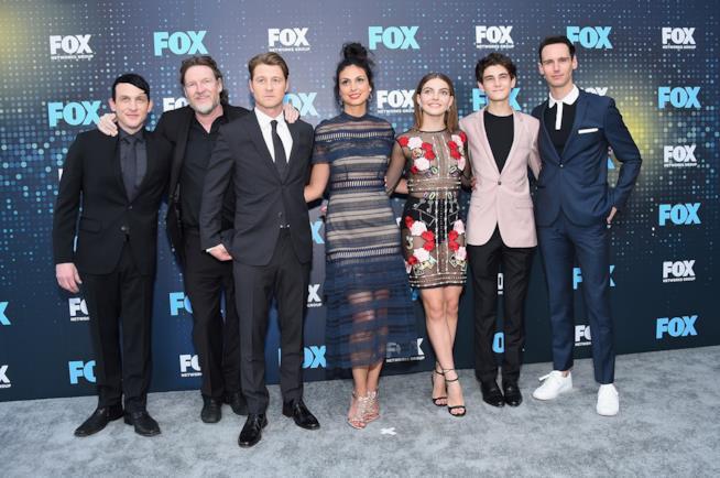 Morena Baccarin e Ben McKenzie con il cast di Gotham
