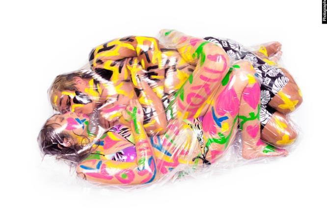 Una coppia chiusa in sacchetto senz'aria mentre si bacia