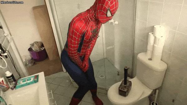 Spider-Man e Mjolnir sulla tazza del cesso