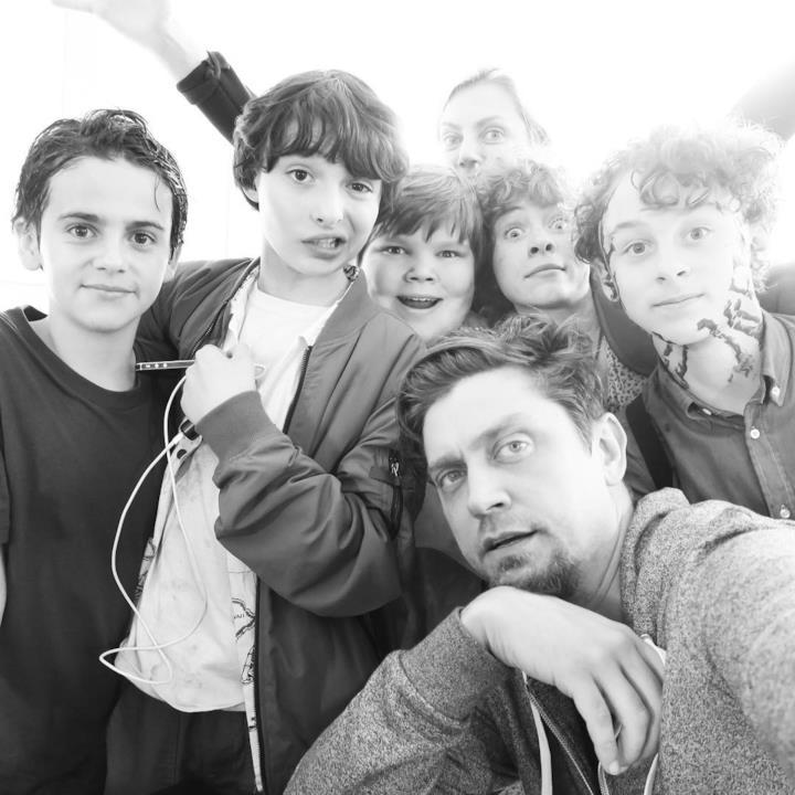 Il regista Andy Muschietti in posa con il Club dei Perdenti