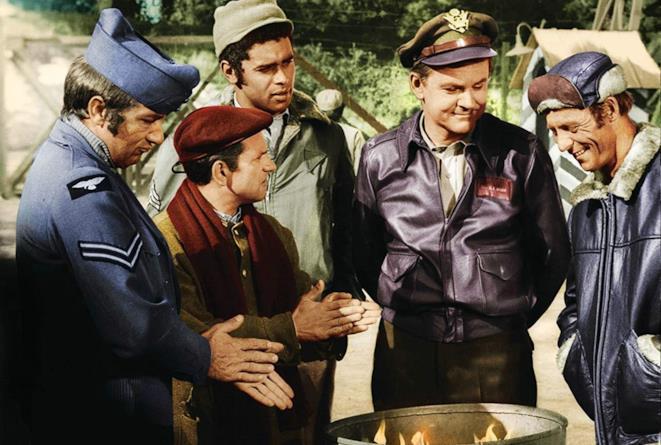 Robert Clary, Richard Dawson, Larry Hovis, Bob Crane e Kenneth Washington in una scena della serie