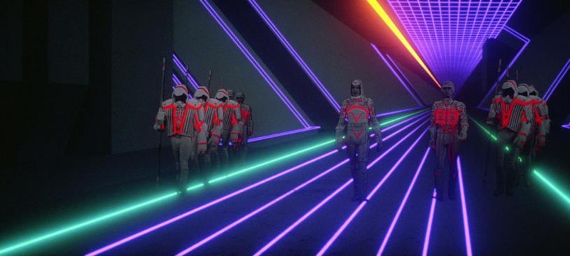 Una scena di Tron in cui un'esercito cammina in un corridoio virtuale