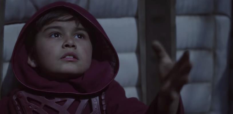 Un bambino vestito di rosso tende la sua mano
