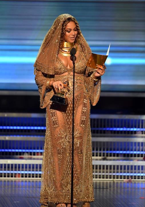 Grammy Awards 2017: Beyoncé con abito dorato di Peter Dundas