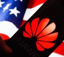 Il logo di Huawei; sullo sfondo la bandiera degli Stati Uniti d'America