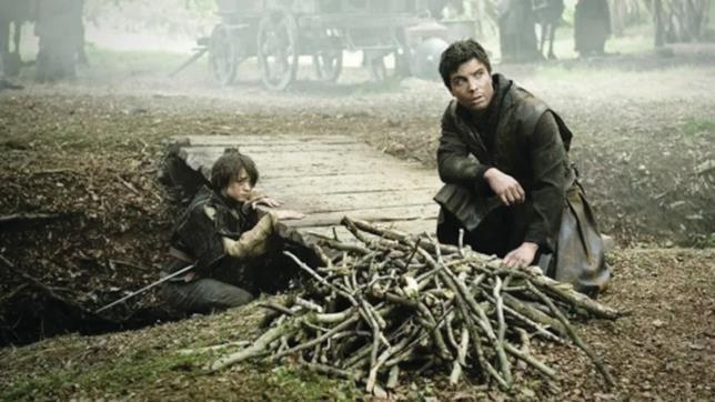 Maisie Williams e Joe Dempsie sul set di Game of Thrones