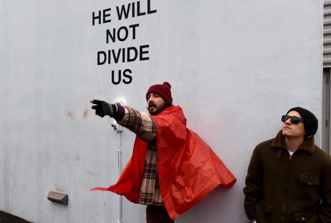 Shia LeBeouf partecipa alle proteste anti Trump a New York