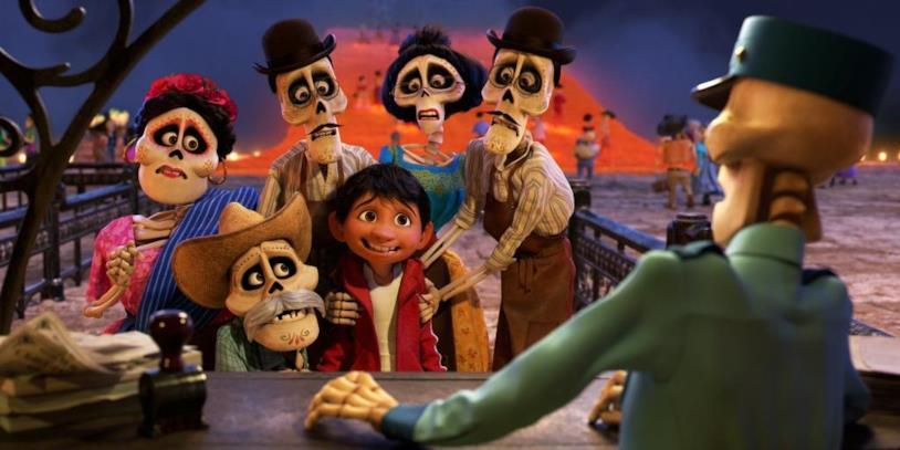 Coco le la sua famiglia all'ingresso della città dei morti