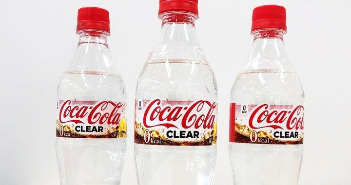 Primo piano di tre bottiglie di Coca-Cola Clear
