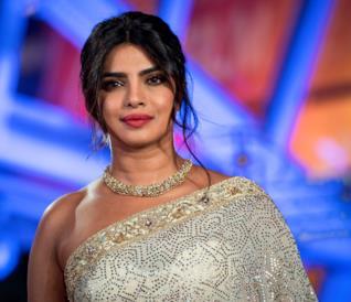 Priyanka Chopra accenna un sorriso