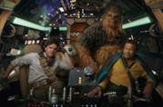 Poe Dameron, il droide BB-8, Chewbacca e Lando Calrissian nell'abitacolo del Millennium Falcon