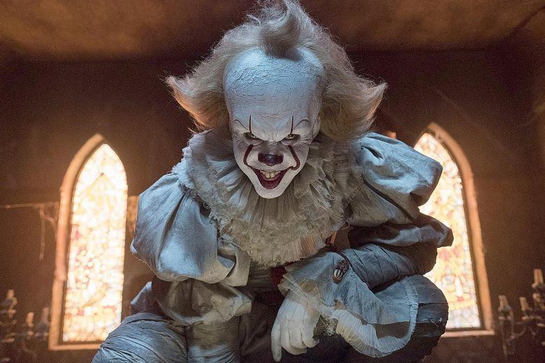 Il temibile clown Pennywise nel film di IT