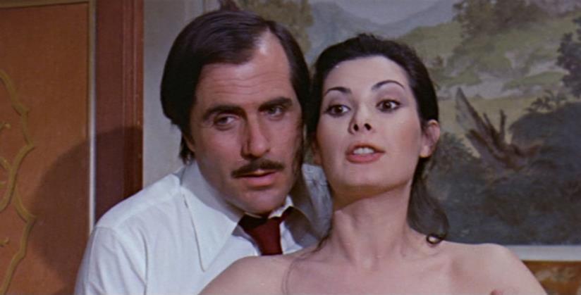 Carlo Giuffré e Edwige Fenech in una scena di La signora gioca bene a scopa?