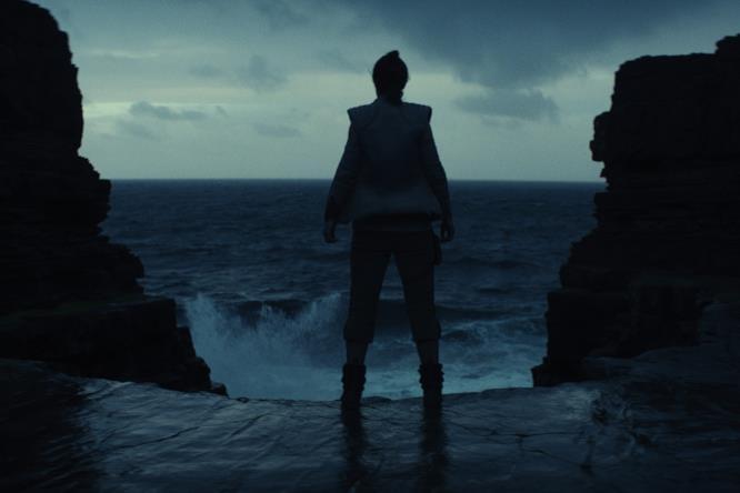 Rey su Ahch-to, davanti all'acqua