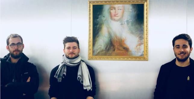 I membri di Obvious accanto al ritratto Le comte de Belamy