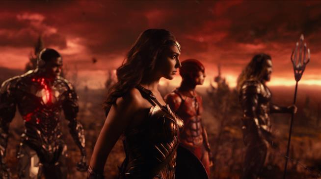Wonder Woman guida il manipolo di eroi in una scena di Justice League
