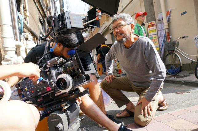 Hideaki Anno presiede al posizionamento delle cineprese sul set di Shin Godzilla