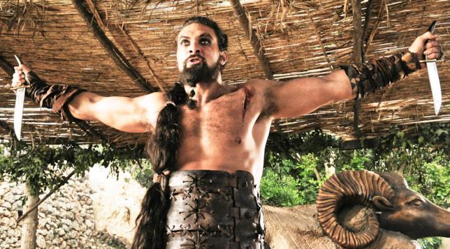 Khal Drogo armato di coltelli