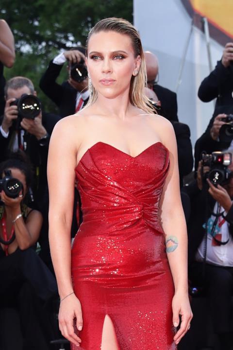Scarlett Johansson in posa a Venezia 76