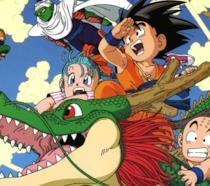 Goku a cavallo del drago Shenron, insieme a Bulma, Crilin, Piccolo e altri personaggi della saga