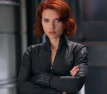 Un primo piano di Scarlett Johansson nei panni di Vedova Nera