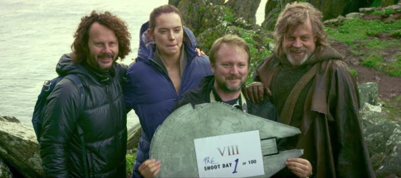 Una foto di gruppo con Rey e Luke di Episodio VIII al primo ciak sul set
