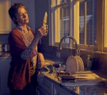 Carol in un'immagine promozionale della sesta stagione nella cucina di un appartamento in Alexandria