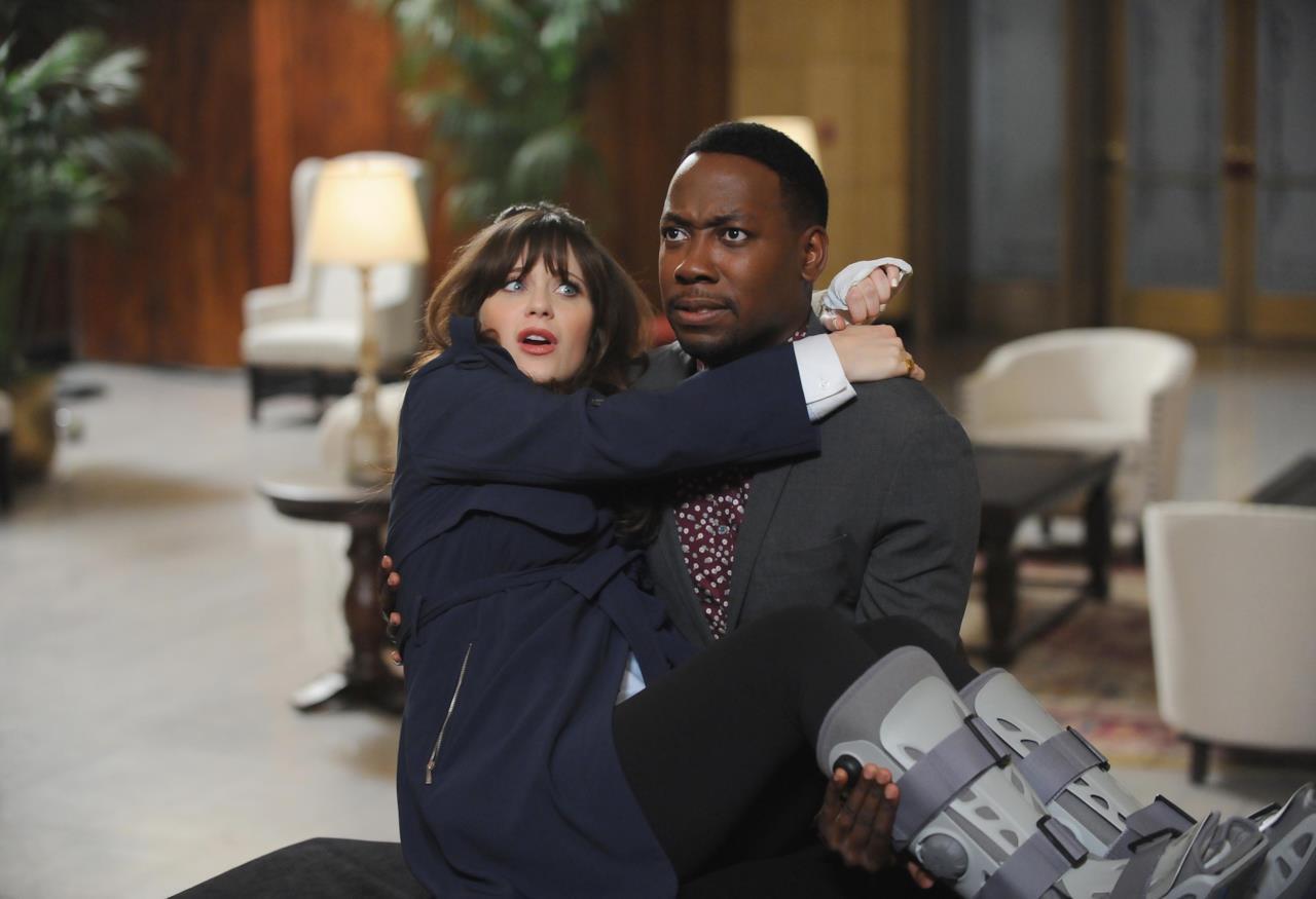 Jess tra le braccia di Winston nel primo episodio di New Girl 5