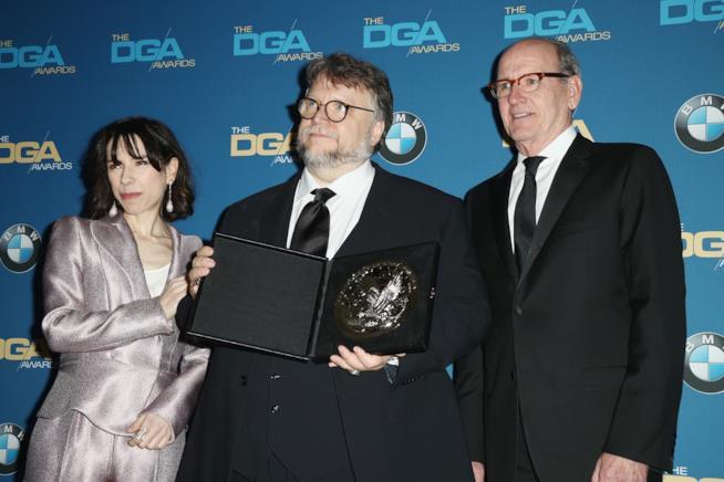 Il regista e i protagonisti de La Forma dell'acqua posano per i fotografi ai DGA Awards