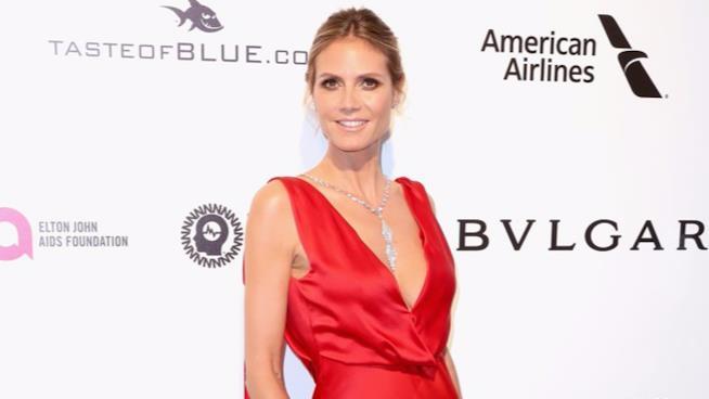 Heidi Klum con un abito rosso dalla scollatura profonda a un evento ufficiale