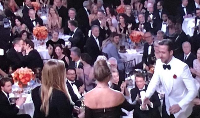 Ryan Reynolds e Andrew Garfield si baciano mentre Ryan Gosling ritira il Golden Globe