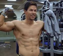 L'attore Mark Wahlberg durante un allenamento