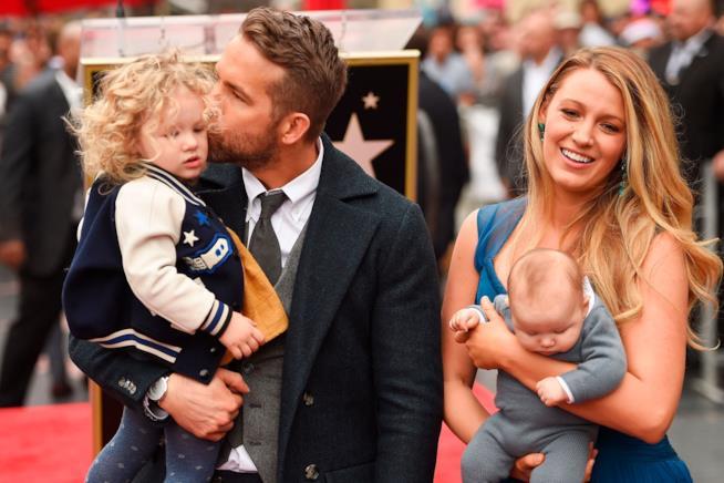 Primo piano di Ryan Reynolds con Blake Lively e le loro figlie