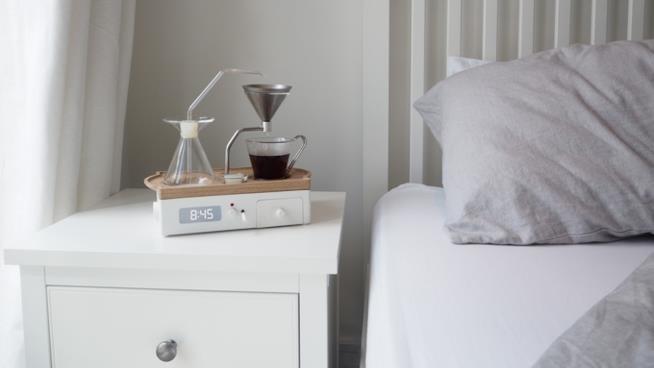 Una sveglia che prepara il caffè da sola accanto al letto