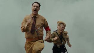 Hitler e Jojo corrono in una scena dal film