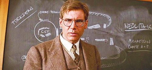 Indy in tenuta da professore con un'espressione perplessa
