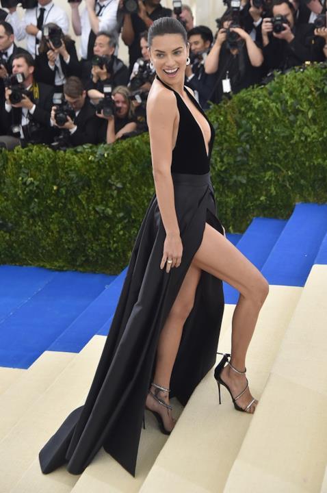 Adriana Lima e la gambe in mostra al MET Gala 2017