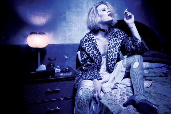 Sarah Paulson è Sally, un'attrice tossicodipendente che vive all'interno del Cortez