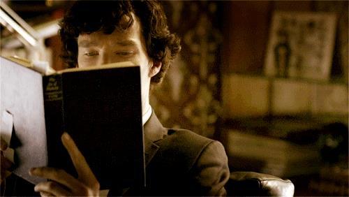 Sherlock alza gli occhi dal suo libro