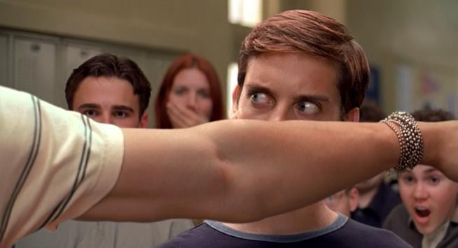 Peter Parker (Tobey Maguire) vittima del bullismo di Flash Thompson (Joe Manganiello) nel primo film del franchise
